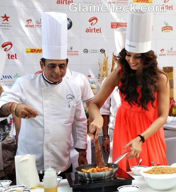 Bipasha Basu cooks pasta at 5th Airtel Delhi Half Marathon