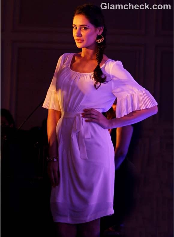 Nargis Fakhri white dress launch New HCL Ultrabook