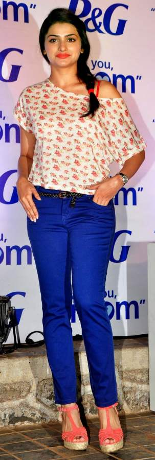 Prachi Desai indigo colored denims
