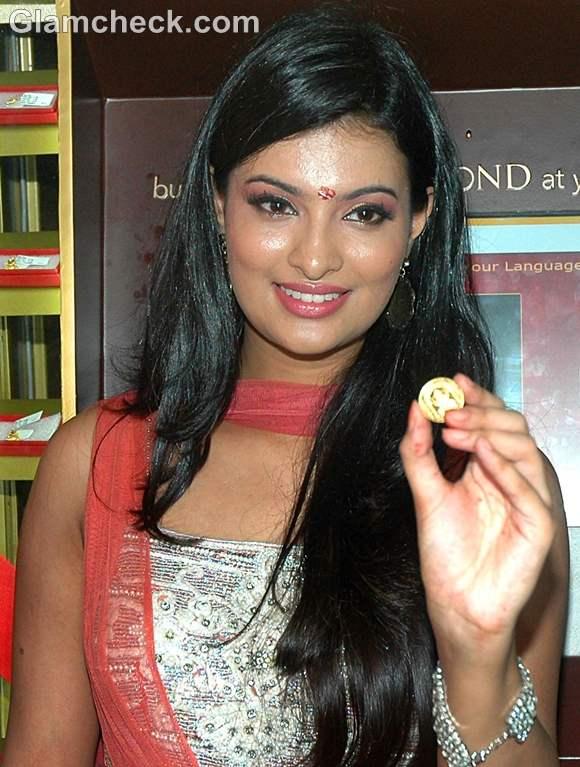 Sayali Bhagat Launches Gold Diamond ATM Vending Machine Ganeshotsav