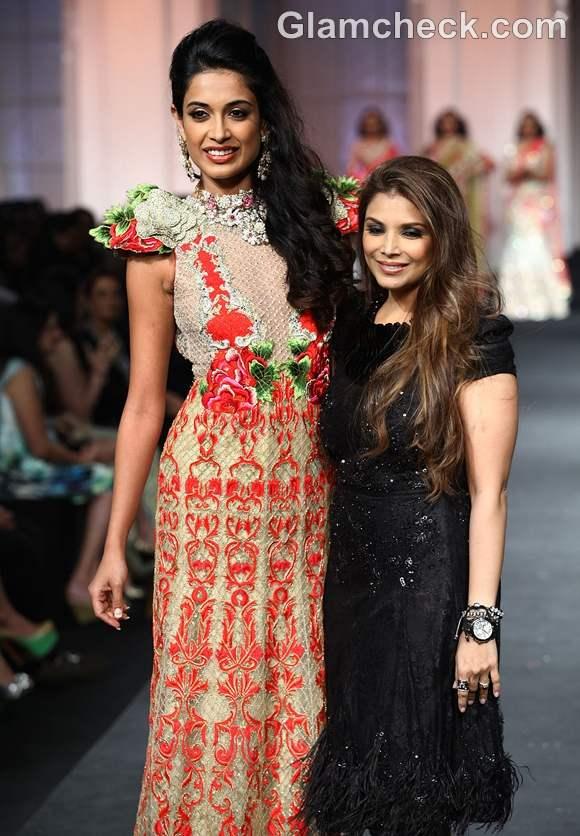 sarah jane for Falguni and Shane Peacock at India Bridal Fashion Week 2012