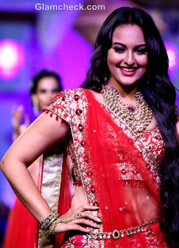 sonakshi sinha jyotsna Tiwari Aamby Valley India Bridal Fashion Week 2012
