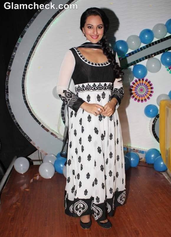 How dress for Dussehra bollywood celeb sonakshi