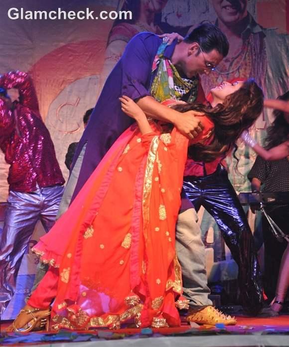 Akshay Kumar Asin Promote Khiladi 786 kiss controversy at Mithabai College