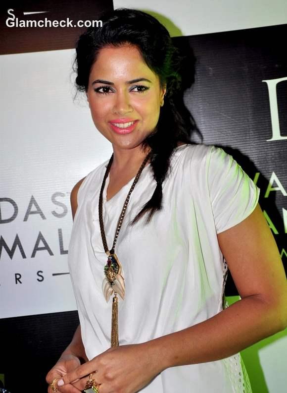 Sameera Reddy style at Dwarkadas Chandumal Jewellery Store