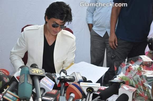 Shah Rukh Khan Celebrates his 47th Birthday with Fans at Mannat