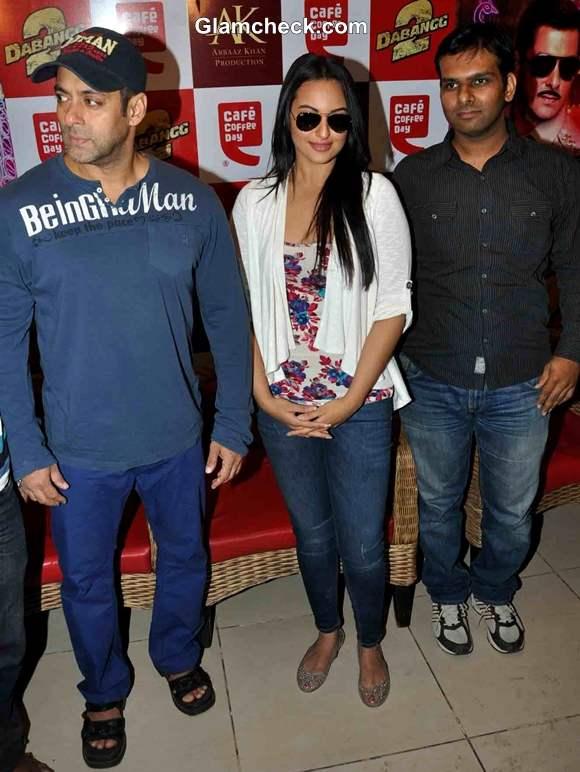 Salman Khan Sonakshi Sinha Promote Dabangg2 At CCD In Mumbai