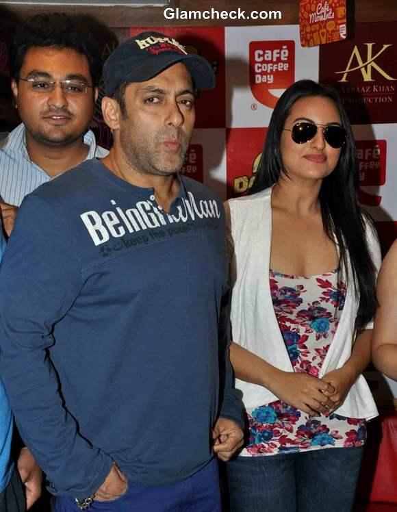 Salman Sonakshi Promote Dabangg2 At CCD In Mumbai