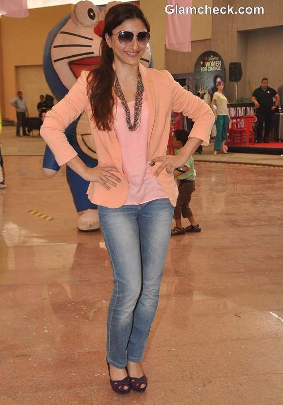 Soha Ali Khan in Coral Candy colors at the Pinkathon 2012 event