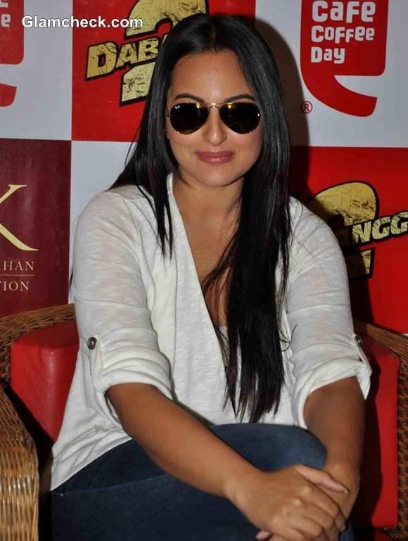 Sonakshi Sinha Promote Dabangg2 At CCD In Mumbai