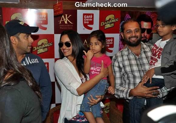 Sonakshi Sinha Salman Khan Promote Dabangg2 CCD In Mumbai
