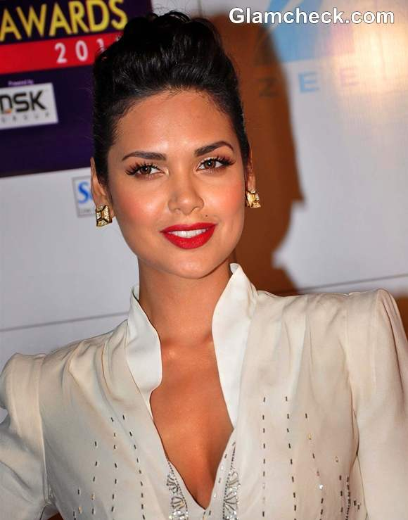 Esha Gupta Zee Cine Awards 2013