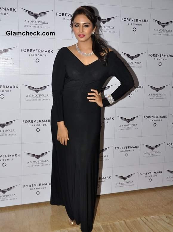 Huma Qureshi 2013 Diamond jewelry launch