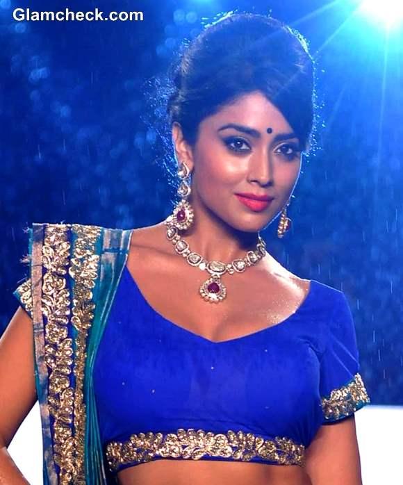 Shriya Saran-at 8th Annual Caring at a Style Fashion Show