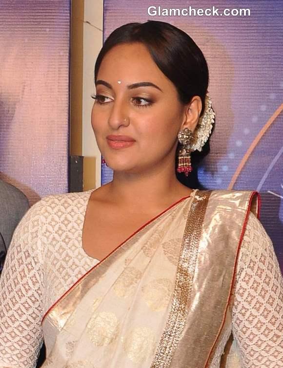 Sonakshi Sinha Promotes Lootera on Indias Dancing Superstar