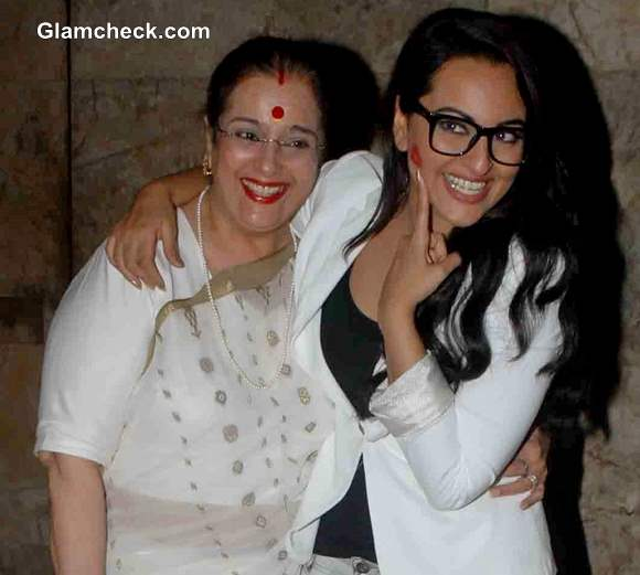 Sonakshi Sinha with mother Poonam Sinha at Lootera Special Screening