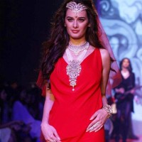 2013 IIJW Gehna Jewellers Evelyn Sharma