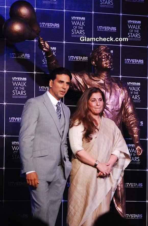 Dimple Kapadia Akshay Kumar Unveils Bronze Statue of Late Rajesh Khanna