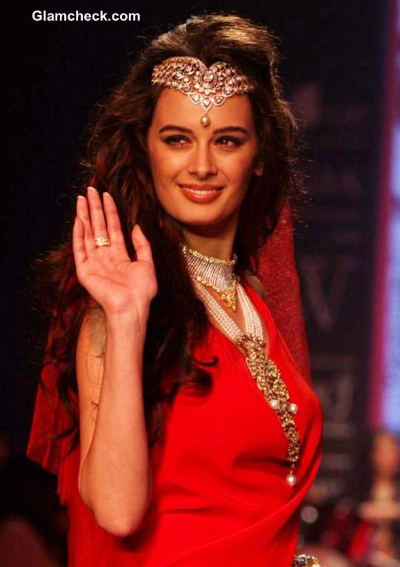 Evelyn Sharma Show-stopper for Gehna Jewellers at IIJW 2013