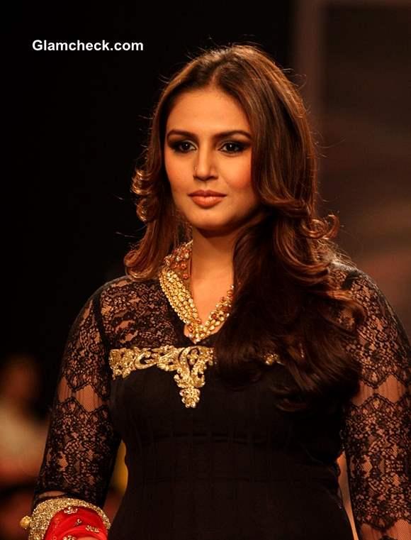Huma Qureshi  IIJW 2013 Auro Gold Jewels  Show