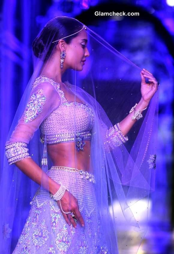 Lisa Haydon India Bridal Fashion Week 2013 Grand Finale Tarun Tahiliani