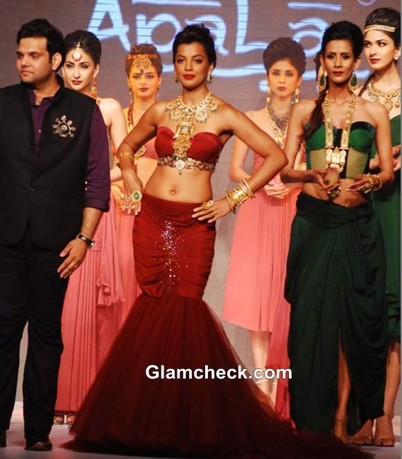 Mugdha Godse Show stopper for Apali Jewellers at IIJW 2013 – Day 1