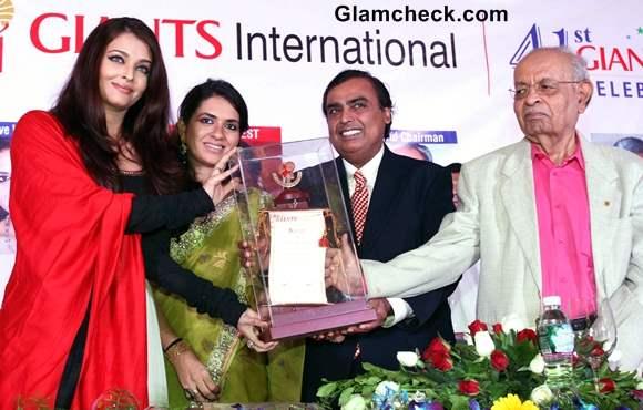 Aishwarya Rai receives award at Giants International Awards 2013