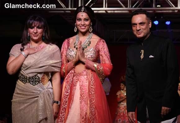 Bipasha Basu showstopper for Anjalee Arjun Kapoor Jamawar Aria Collection