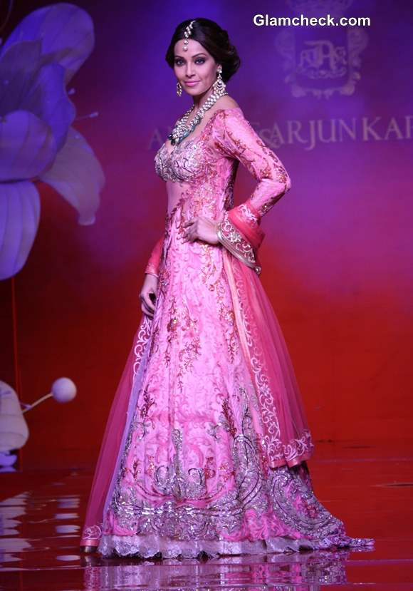 Bipasha Basu showstopper for Anjalee Arjun Kapoor couture collection 2013