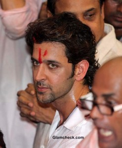 Hrithik Roshan Prays for Success of Krrish 3 at Lalbaughcha Raja