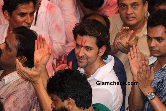 Hrithik Roshan Prays at Lalbaughcha Raja 2013