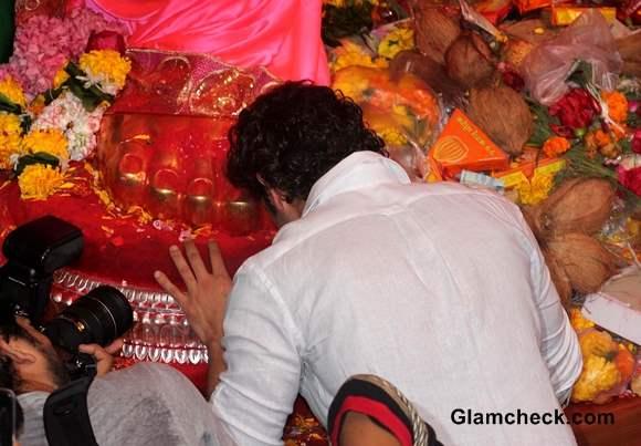 Hrithik Roshan Prays for Success of Krrish 3 at Lalbaughcha Raja 2013