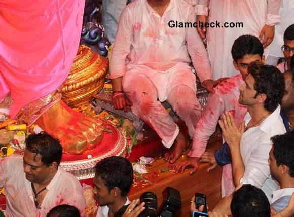 Hrithik Roshan Prays for Success of Krrish 3 at Lalbaughcha Raja