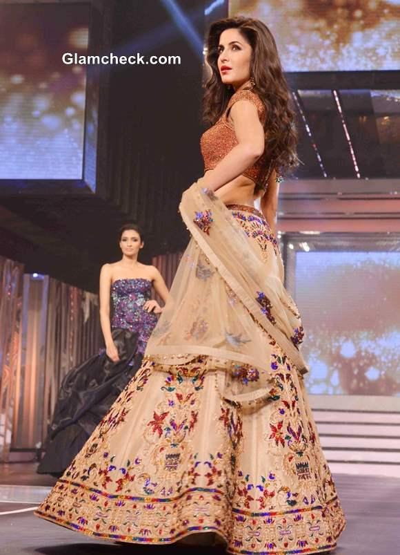 Katrina Kaif in Lehenga pictures 2013 at Yash Chopra Tribute Fashion Show