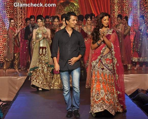 Mugdha Godse Showstopper for Vikram Phadnis at Bridal Couture Show 2013