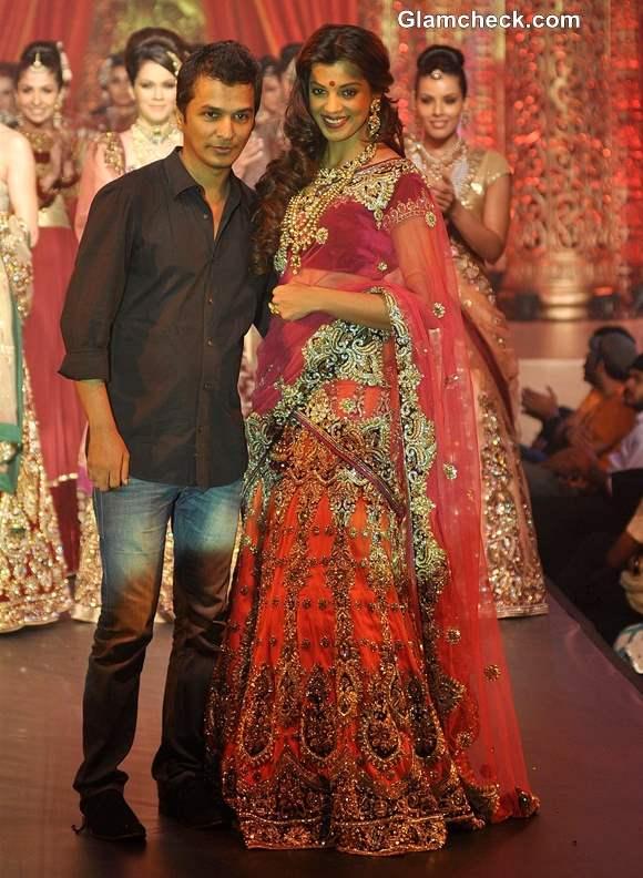 Mugdha Godse for Vikram Phadnis at Bridal Couture Show 2013
