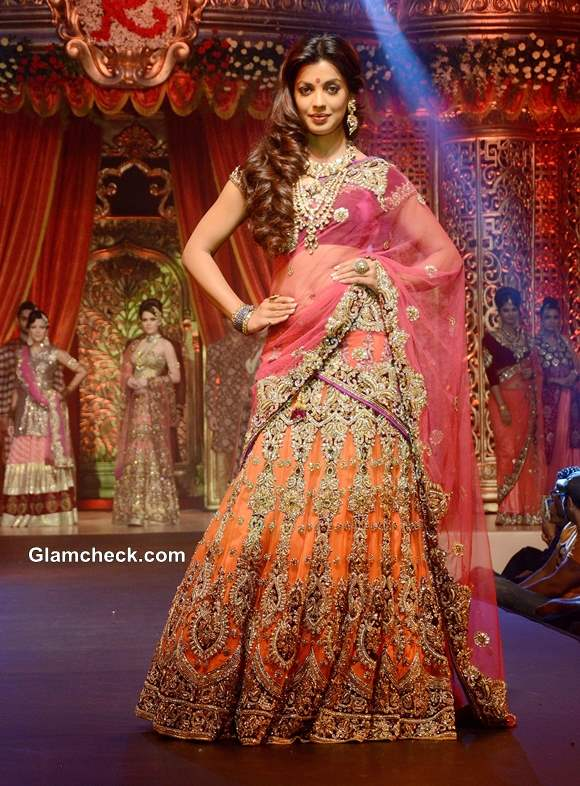 Mugdha Godse Show Stopper For Vikram Phadnis Bridal Couture Collection 2013
