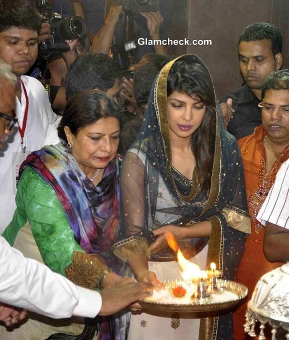 Priyanka Chopra Offers Prayers at Andheri Cha Raja 2013