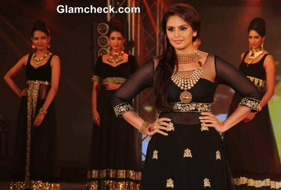 Huma Qureshi Pictures at 2013 IBBS Fashion Show