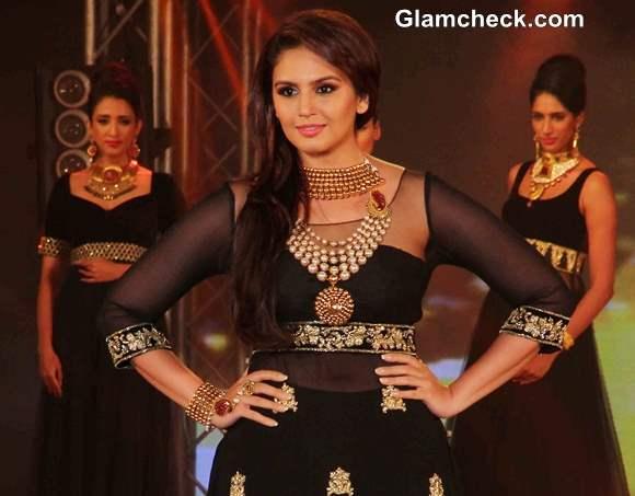 Huma Qureshi at 2013 IBBS Fashion Show
