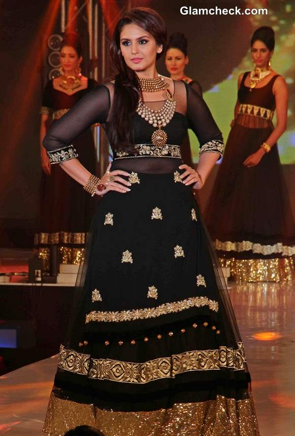 Huma Qureshi in Black Gold Anarkali at 2013 IBBS Fashion Show