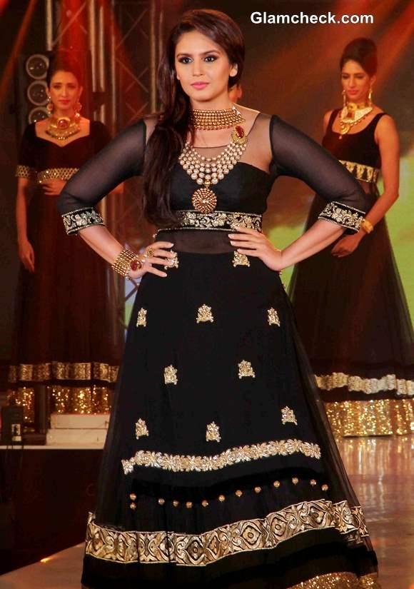 Huma Qureshi in Gold black Anarkali at 2013 IBBS Fashion Show