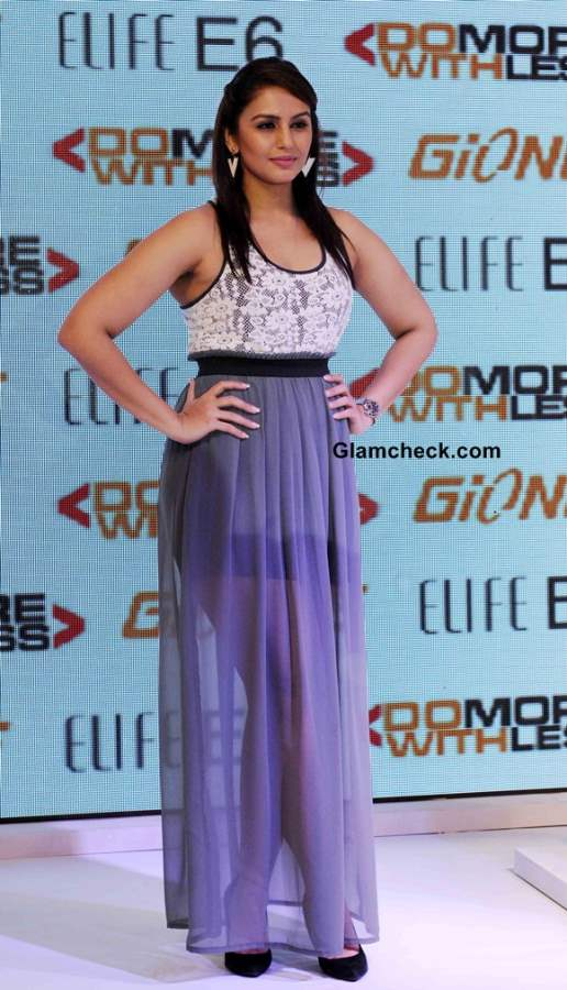 Huma Qureshi in skirt at the launch of Gionee New Elife E6 Smartphone