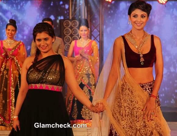 Shilpa Shetty walks the ramp at 2013 IBBS Fashion Show