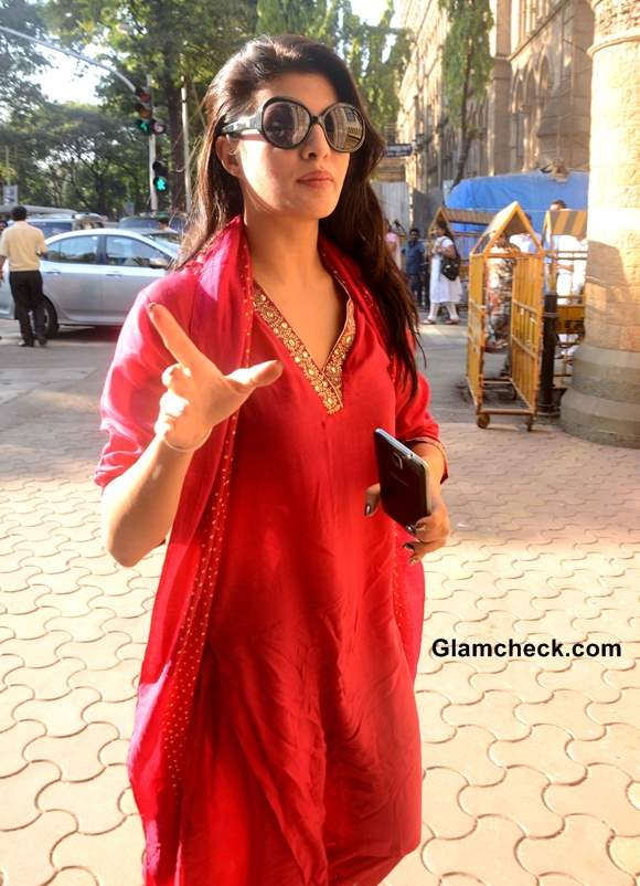 Jacqueline Fernandez Fights to Ban Horse-drawn Carriages in Mumbai 2013