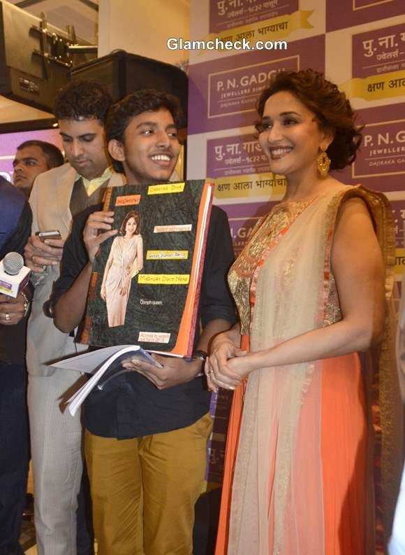 Madhuri Dixit at the prize distribution ceremony of Kshan Ala Bhagyachya