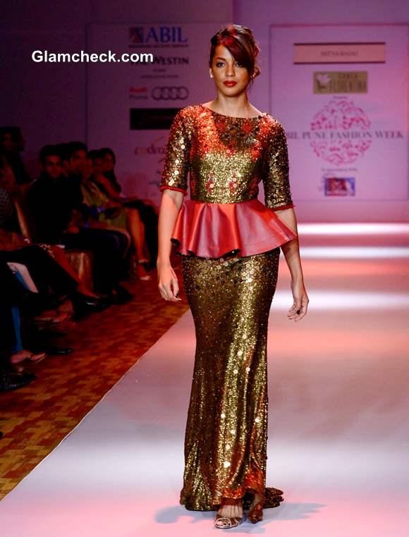 Mugdha Godse Walks the Ramp at Pune Fashion Week 2013
