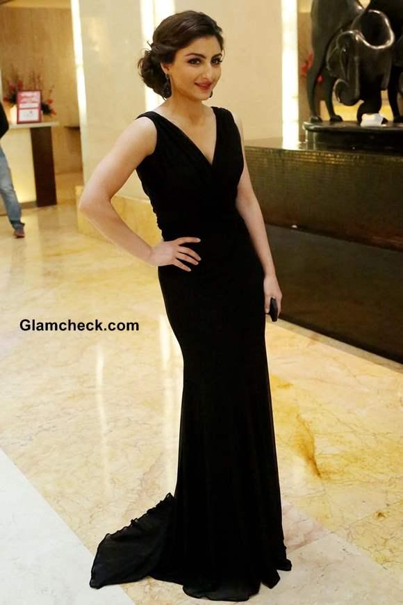 Soha Ali Khan Inaugurates Glamour 2013 in Black Gown