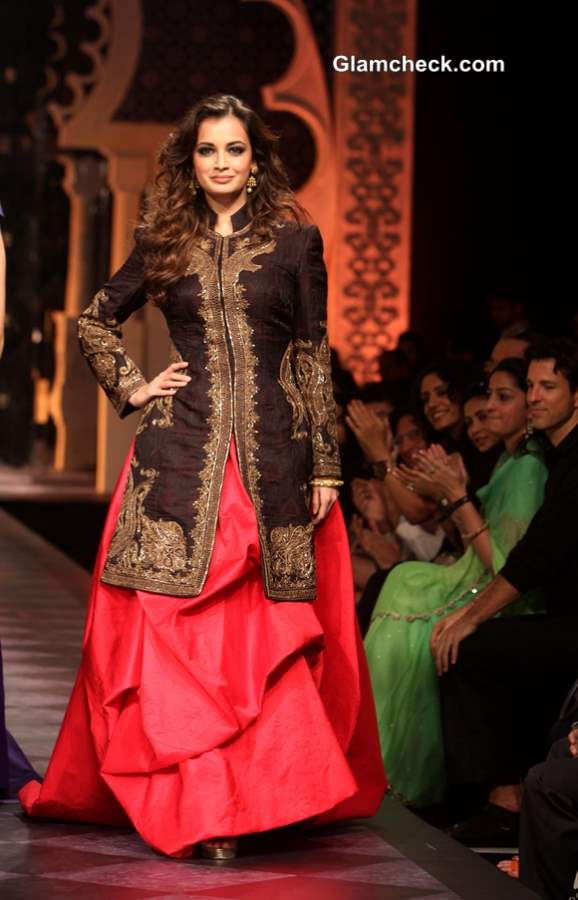 Dia Mirza in Black Achakan and Fuchsia Skirt for Raghavendra Rathore at IBFW 2013