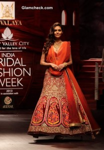 Esha Gupta dazzles in Azva gold at the JJ Valaya show IBFW 2013 Mumbai